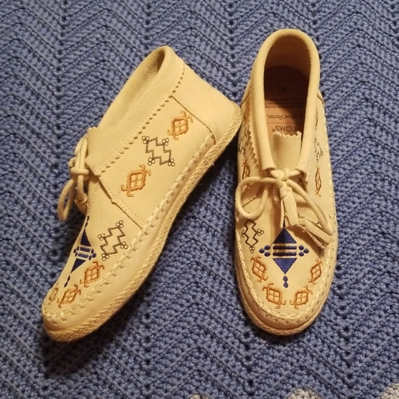Toms Shoes - TOMS Unique Beige Tribal Moccasins